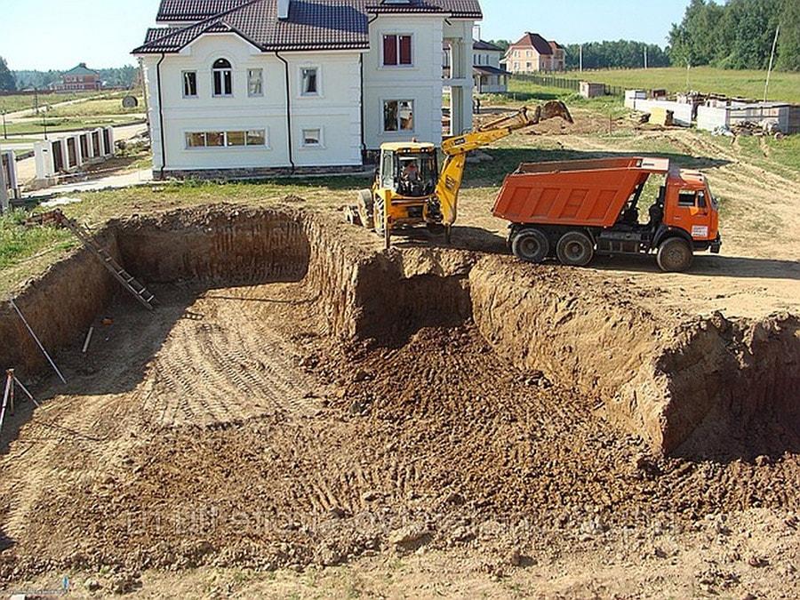 rytye-fundamentov-ekskavatorom-001-min